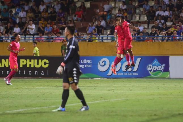 Quang Hải ngồi khán đài cùng bạn gái, nhìn Hà Nội thua trận thứ 2 ở Hàng Đẫy ảnh 10