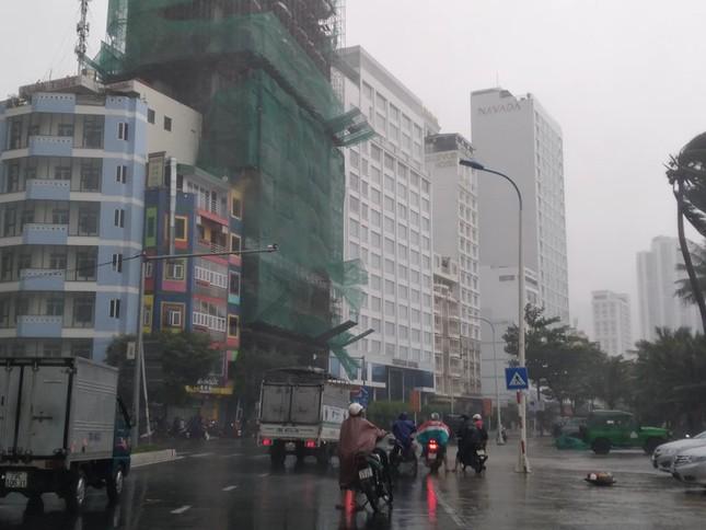 Bão đổ bộ vào Khánh Hòa, TP Nha Trang mưa to, gió lớn, nhiều nơi mất điện ảnh 1