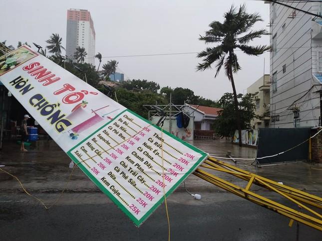 Bão đổ bộ vào Khánh Hòa, TP Nha Trang mưa to, gió lớn, nhiều nơi mất điện ảnh 2