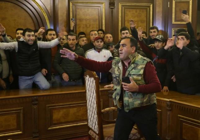 Bạo loạn nghiêm trọng ở Armenia phản đối thỏa thuận đình chiến với Azerbaijan ảnh 1