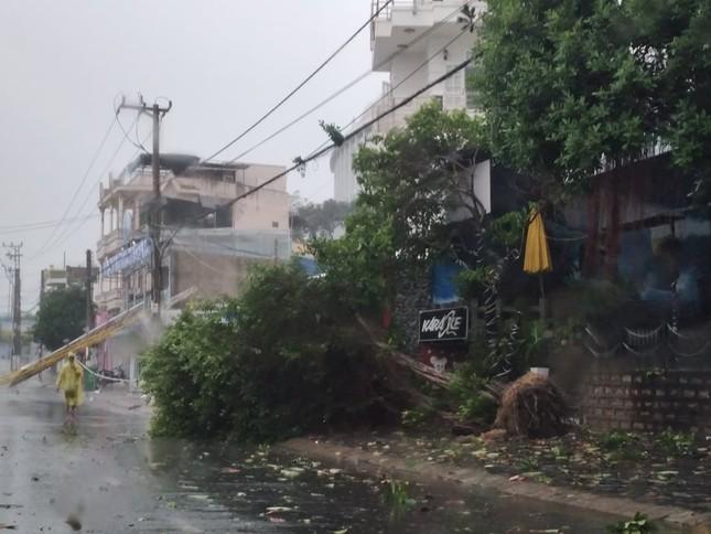 Bão đổ bộ vào Khánh Hòa, TP Nha Trang mưa to, gió lớn, nhiều nơi mất điện ảnh 3