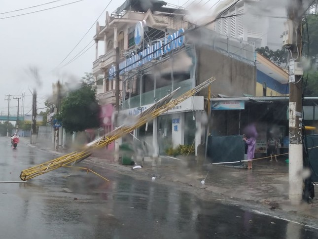 Bão đổ bộ vào Khánh Hòa, TP Nha Trang mưa to, gió lớn, nhiều nơi mất điện ảnh 7