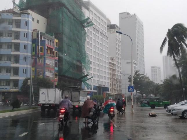Bão đổ bộ vào Khánh Hòa, TP Nha Trang mưa to, gió lớn, nhiều nơi mất điện ảnh 8