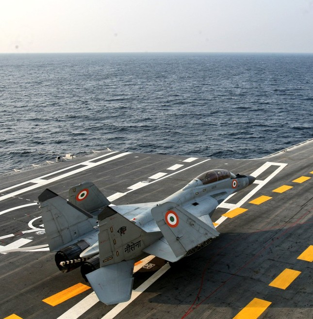 Cất cánh từ tàu sân bay, tiêm kích MiG-29K lao xuống Biển Ả Rập ảnh 1