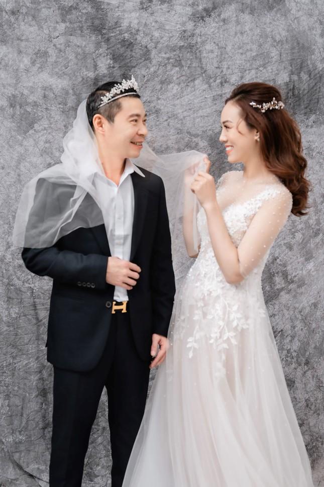 NSND Công Lý đeo vương miện chụp ảnh cưới cùng bạn gái kém 15 tuổi ảnh 9