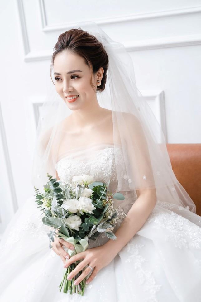 NSND Công Lý đeo vương miện chụp ảnh cưới cùng bạn gái kém 15 tuổi ảnh 2