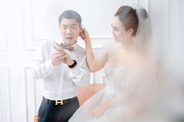 NSND Công Lý đeo vương miện chụp ảnh cưới cùng bạn gái kém 15 tuổi ảnh 4