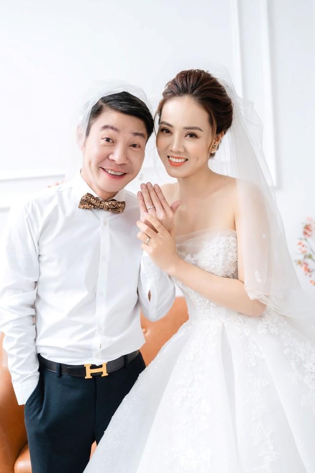NSND Công Lý đeo vương miện chụp ảnh cưới cùng bạn gái kém 15 tuổi ảnh 5