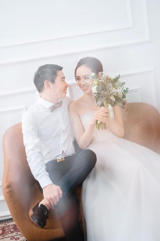 NSND Công Lý đeo vương miện chụp ảnh cưới cùng bạn gái kém 15 tuổi ảnh 6