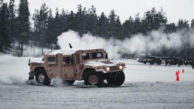Xem lính thủy đánh bộ Mỹ tác chiến trên địa hình phủ tuyết ảnh 1