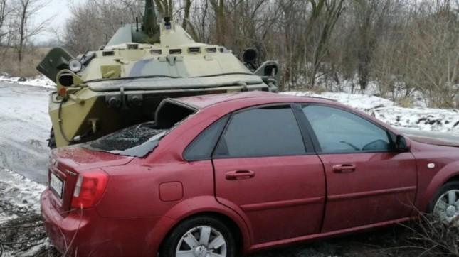 Xe bọc thép BTR-80 của Nga mất lái đè bẹp ô tô trên đường ảnh 1