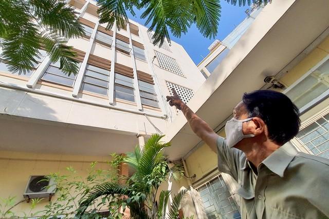 Bảo vệ trường học kể lại giây phút cứu nữ sinh lơ lửng ngoài lan can ảnh 1