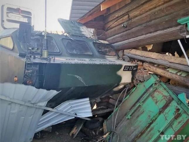 Xe chở hệ thống tên lửa đạn đạo Tochka-U của Belarus mất lái, lao vào nhà dân ảnh 2