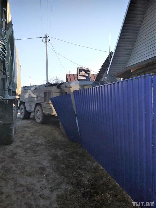 Xe chở hệ thống tên lửa đạn đạo Tochka-U của Belarus mất lái, lao vào nhà dân ảnh 3