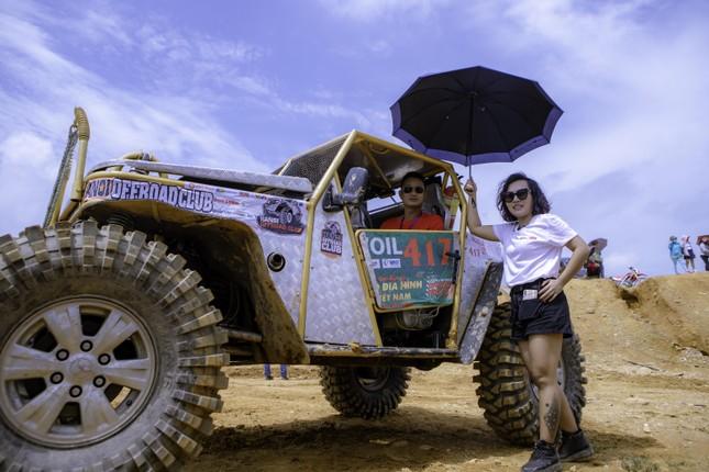 Thái Thùy Linh du ca với xe địa hình ảnh 1