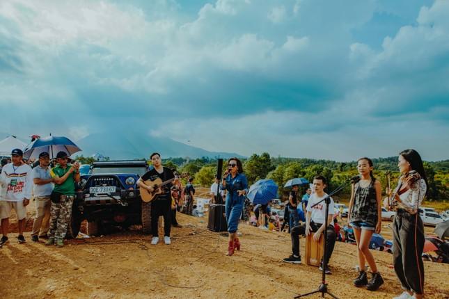 Thái Thùy Linh du ca với xe địa hình ảnh 3