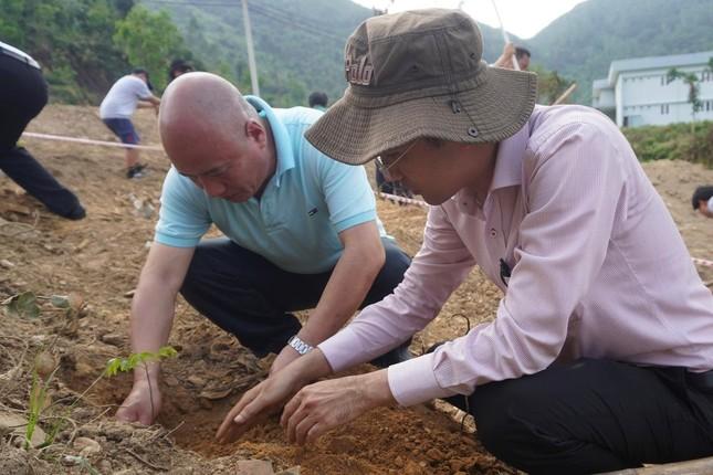 Sinh viên Đà Nẵng trồng cây xanh gây dựng Công viên khoa học ảnh 5