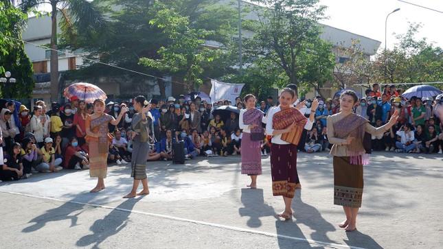 Sinh viên Lào vui Tết cổ truyền Bunpimay xa quê ảnh 10