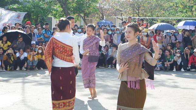 Sinh viên Lào vui Tết cổ truyền Bunpimay xa quê ảnh 11