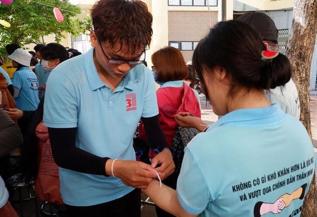 Sinh viên Lào vui Tết cổ truyền Bunpimay xa quê ảnh 12