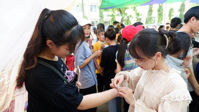 Sinh viên Lào vui Tết cổ truyền Bunpimay xa quê ảnh 13