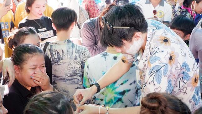 Sinh viên Lào vui Tết cổ truyền Bunpimay xa quê ảnh 14