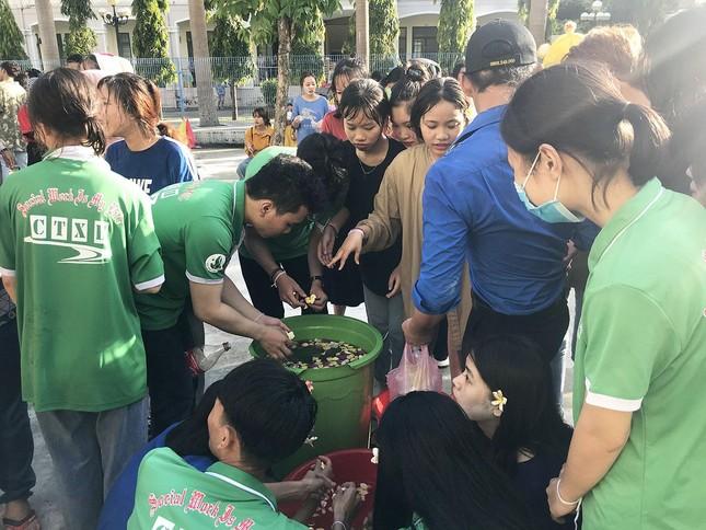 Sinh viên Lào vui Tết cổ truyền Bunpimay xa quê ảnh 15
