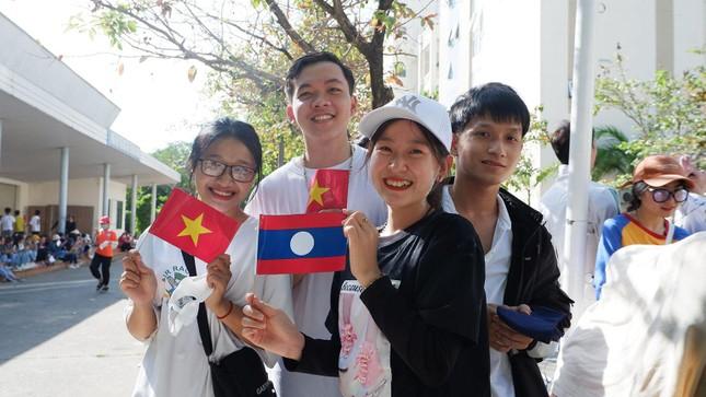 Sinh viên Lào vui Tết cổ truyền Bunpimay xa quê ảnh 2