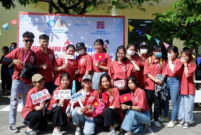 Sinh viên Lào vui Tết cổ truyền Bunpimay xa quê ảnh 3