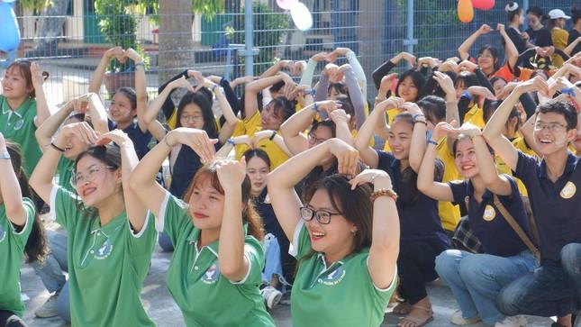 Sinh viên Lào vui Tết cổ truyền Bunpimay xa quê ảnh 4