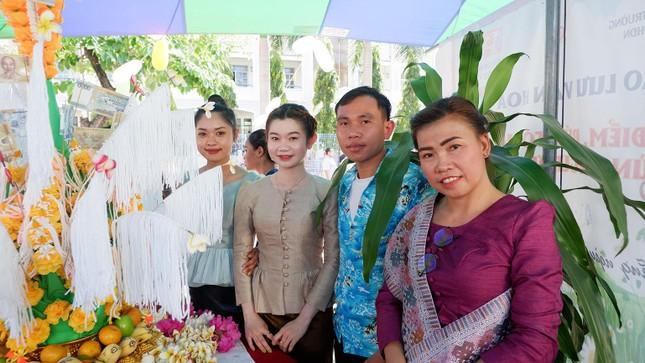 Sinh viên Lào vui Tết cổ truyền Bunpimay xa quê ảnh 5