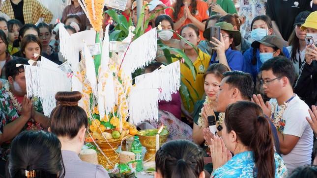 Sinh viên Lào vui Tết cổ truyền Bunpimay xa quê ảnh 9