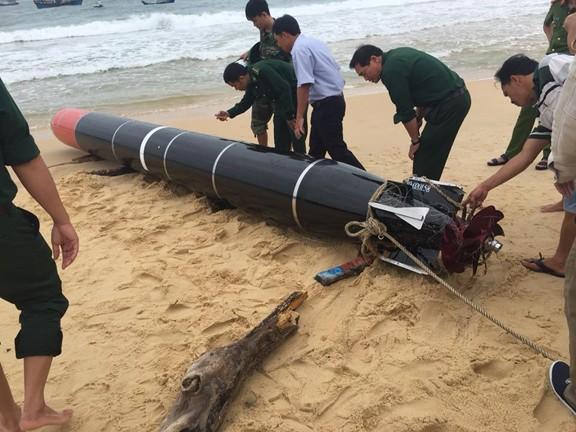 Phát hiện ngư lôi dài gần 7 mét trôi dạt trên biển Phú Yên ảnh 1