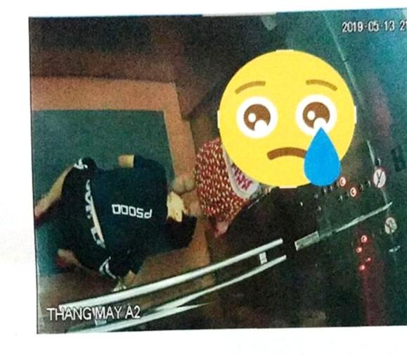 Thanh niên bò sát đất ngó váy cô gái trong thang máy không phải dân chung cư ảnh 1