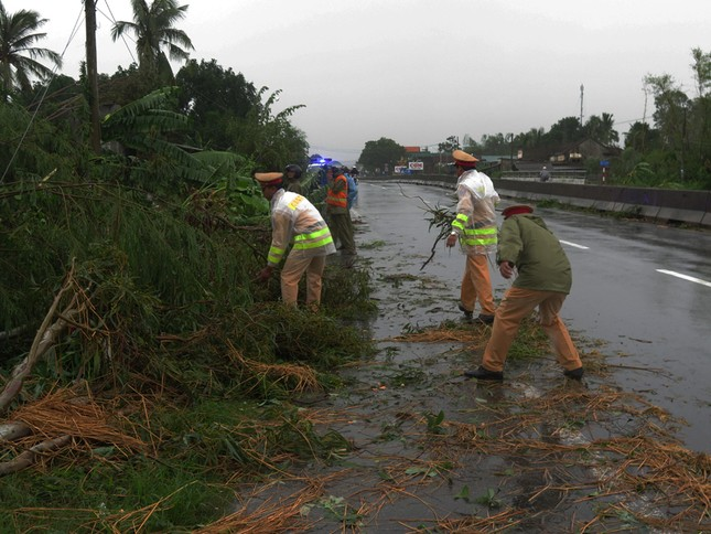 Sau bão số 5: Quảng Ngãi hư hại hơn 400 nhà, sóng đánh sập kè ở Bình Định ảnh 6