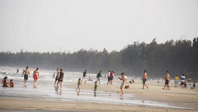 Mỹ Khê tấp nập người đổ xô tắm biển bất chấp lệnh cấm ảnh 1