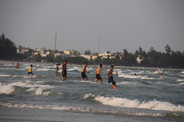 Mỹ Khê tấp nập người đổ xô tắm biển bất chấp lệnh cấm ảnh 2
