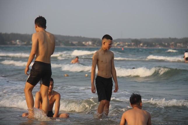 Mỹ Khê tấp nập người đổ xô tắm biển bất chấp lệnh cấm ảnh 4