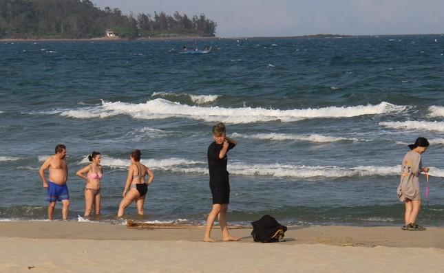 Mỹ Khê tấp nập người đổ xô tắm biển bất chấp lệnh cấm ảnh 5