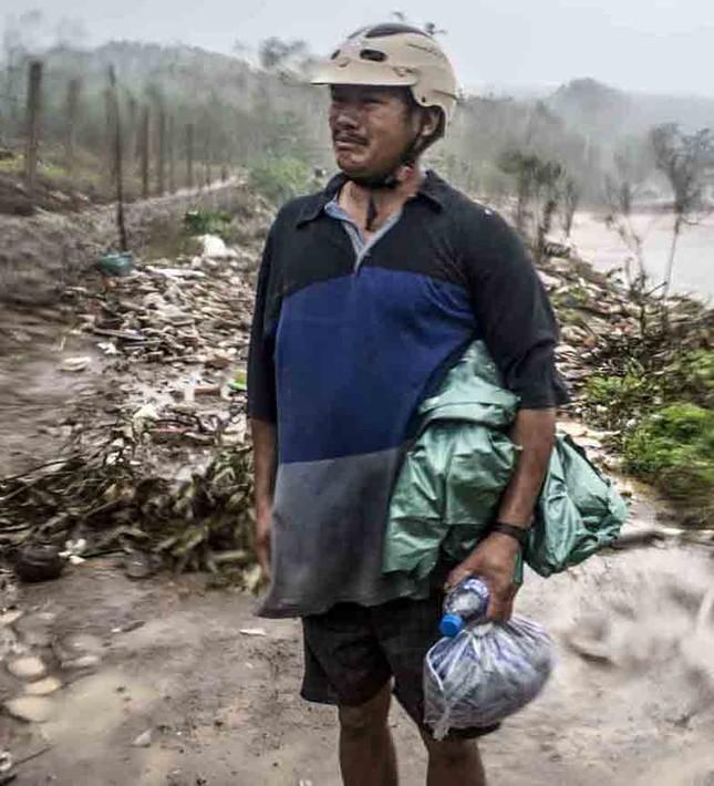 Bão số 9 đổ bộ: Sóng biển ập vào làng chài, người dân khóc vì mất nhà ảnh 5