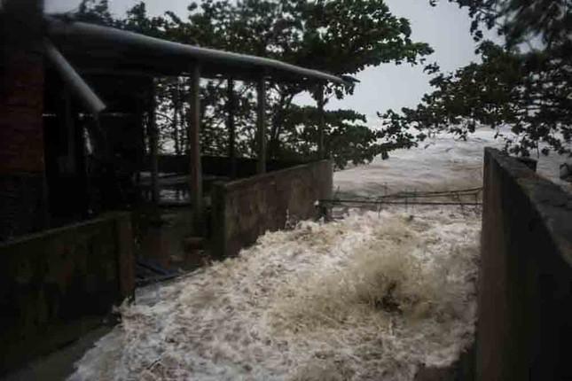 Bão số 9 đổ bộ: Sóng biển ập vào làng chài, người dân khóc vì mất nhà ảnh 2