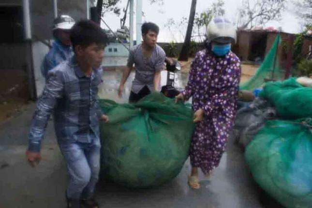 Bão số 9 đổ bộ: Sóng biển ập vào làng chài, người dân khóc vì mất nhà ảnh 3