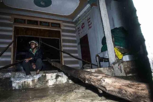 Bão số 9 đổ bộ: Sóng biển ập vào làng chài, người dân khóc vì mất nhà ảnh 4