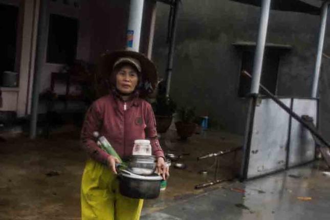Bão số 9 đổ bộ: Sóng biển ập vào làng chài, người dân khóc vì mất nhà ảnh 6