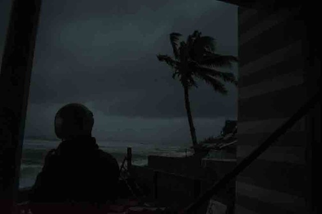 Bão số 9 đổ bộ: Sóng biển ập vào làng chài, người dân khóc vì mất nhà ảnh 1