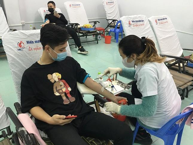 Mặc giá lạnh, sinh viên Đà Nẵng xếp hàng hiến máu ảnh 4