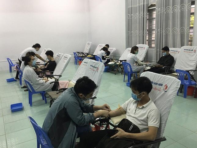 Mặc giá lạnh, sinh viên Đà Nẵng xếp hàng hiến máu ảnh 7