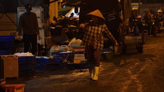 Trắng đêm mưu sinh giữa giá rét ở cảng cá lớn nhất miền Trung ảnh 2