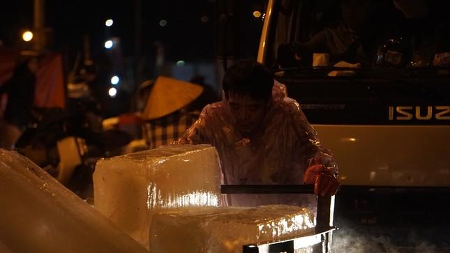Trắng đêm mưu sinh giữa giá rét ở cảng cá lớn nhất miền Trung ảnh 3