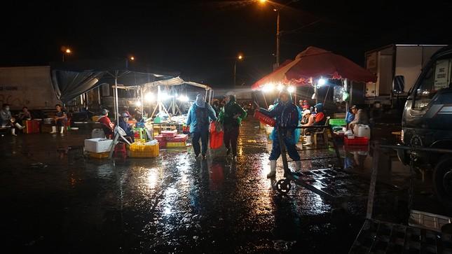 Trắng đêm mưu sinh giữa giá rét ở cảng cá lớn nhất miền Trung ảnh 4